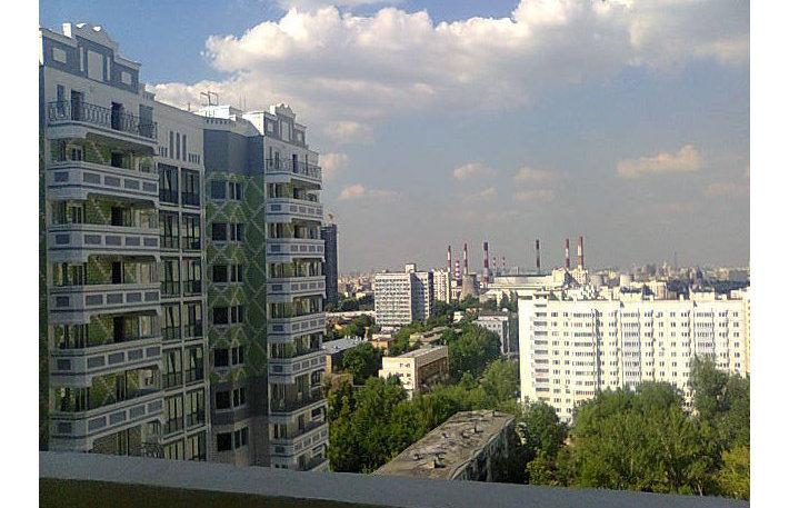 Вид с общего (пожарного) балкона во внутренний дворик дома серии И-155ММ