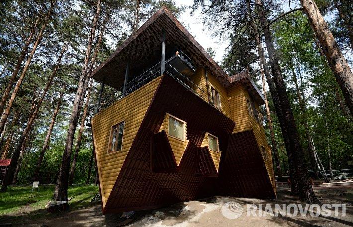 Подготовка к открытию аттракциона Дом вверх дном в Новосибирске