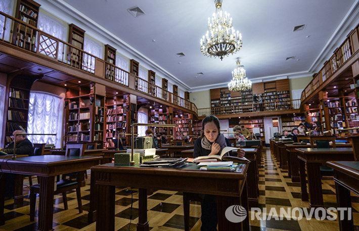 Посетители в Румянцевском читальном зале научно-исследовательского отдела рукописей Российской государственной библиотеки