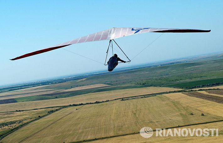Дельтаплан летит с горы Клементьева