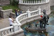 Фонтан Иван царевич и царевна лягушка на Манежной площади в Москве