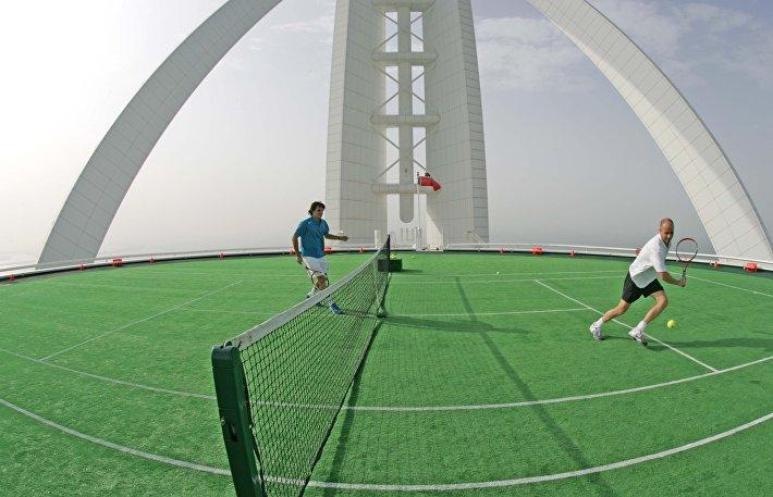 Теннисисты Андре Агасси и Роджер Федерер проводят теннисный матч