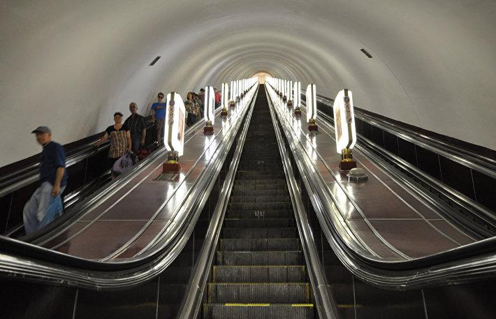 Эскалатор на станции Арсенальная в Киеве