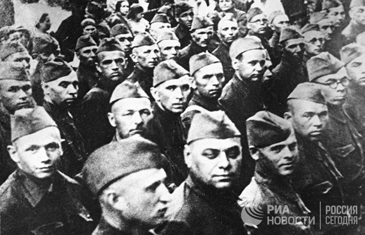 Бойцы дивизии народного ополчения на сборном пункте