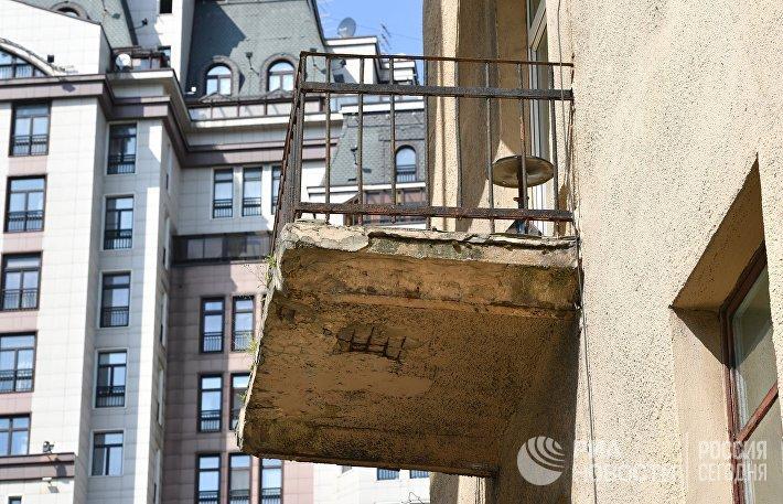 Балкон четырехэтажного жилого дома в Панфиловском переулке в Москве