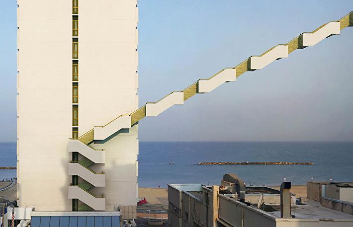 Отель Orchid, Тель-Авив, 2010 год. Снова отель Orchid в Тель-Авиве. У него есть аварийная лестница, которая наглядно показывает, как спастись в случае пожара.